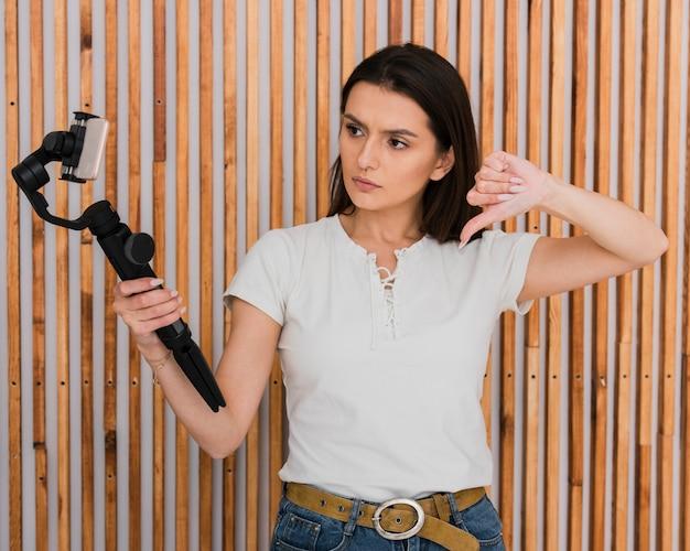 Linda jovencita recodificando un video
