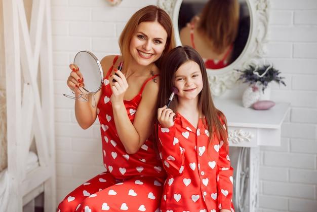 Linda madre e hija en casa en pijama