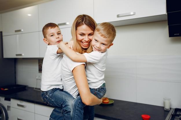 Linda madre con un pequeño hijo en una habitación.