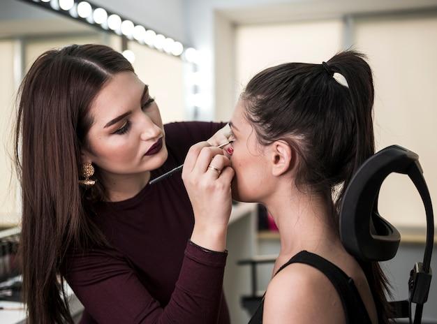 Linda maquilladora trabajando