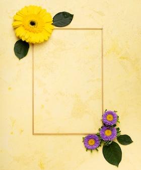 Linda margarita amarilla y pequeño marco de flores violetas