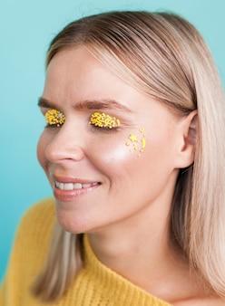 Linda modelo con sombra de ojos amarilla