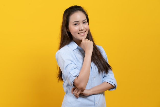 Linda mujer asiática en vestido casual pensando e imaginación