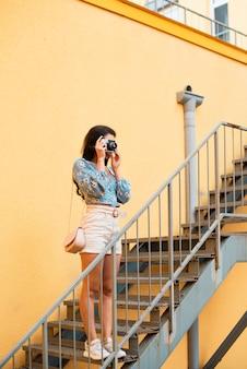 Linda mujer con cabello negro tomando una foto