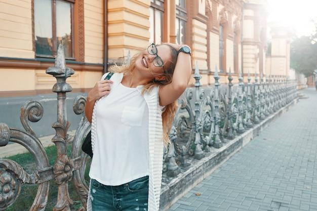 Linda mujer caminando en una ciudad europea durante el fin de semana