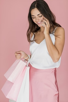 Linda mujer en camiseta blanca y falda rosa