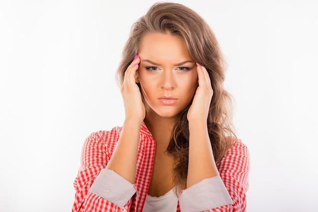 Linda mujer cansada que sufre de dolor de cabeza