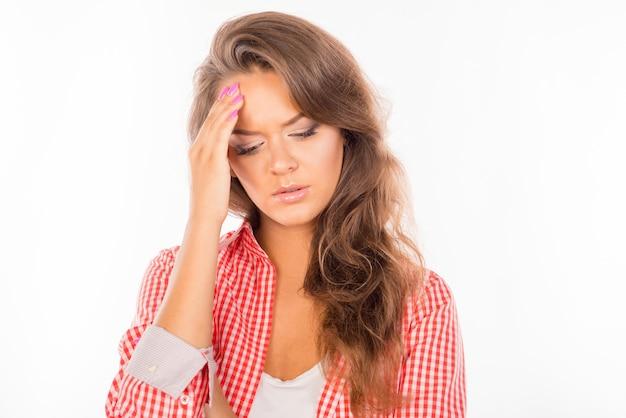 Linda mujer cansada que sufre de un fuerte dolor de cabeza