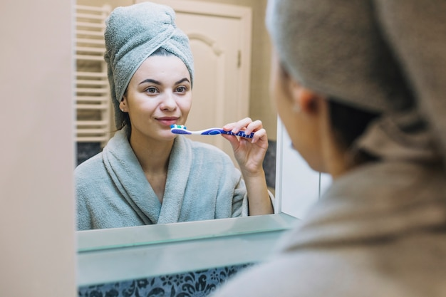 Linda mujer cepillarse los dientes