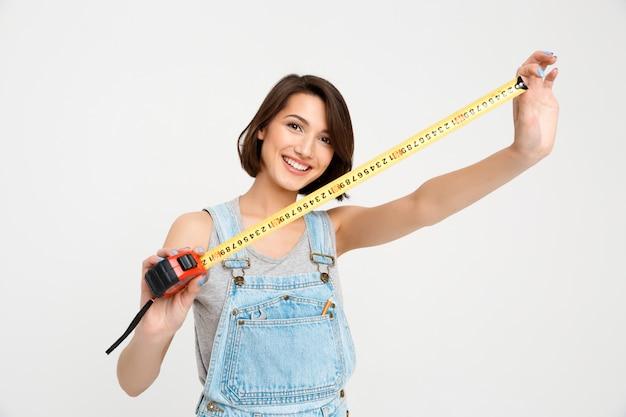 Linda mujer con cinta métrica renovar casa