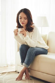 Linda mujer disfrutando de café