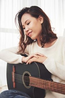 Linda mujer disfrutando de la música
