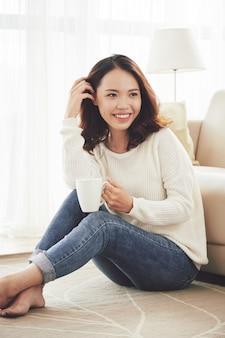 Linda mujer disfrutando de una taza de café