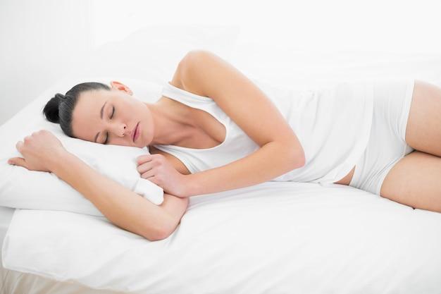 Linda mujer durmiendo en la cama