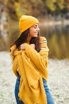 Linda mujer elegante de buen humor posando en día de otoño
