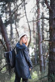 Linda mujer en el bosque