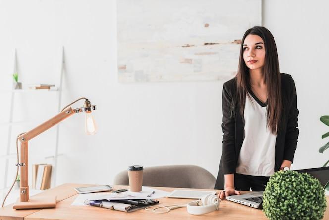 Mujer que trabaja en su escritorio de oficina descargar for Follando en la oficina gratis
