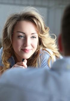 Linda mujer escuchando a su colega