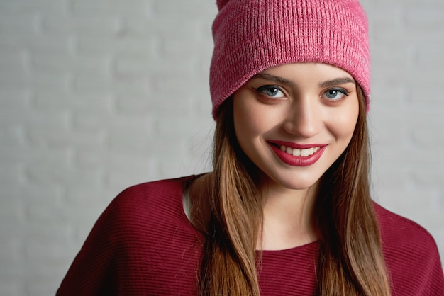 Linda mujer con gorra rosa