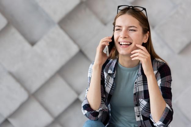 Linda mujer hablando por teléfono