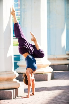Linda mujer haciendo ejercicio de yoga al aire libre