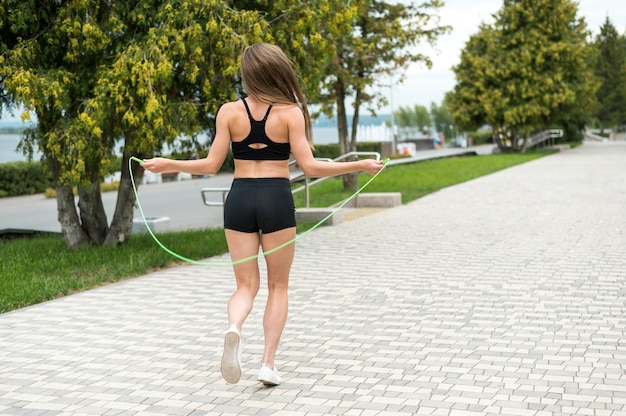 Linda mujer haciendo ejercicios tiro largo