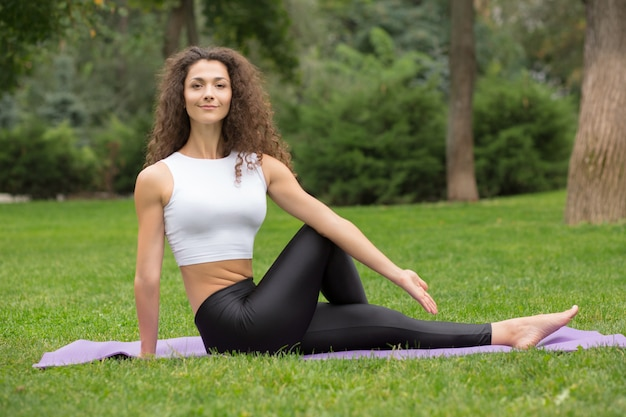 Linda mujer haciendo ejercicios de yoga