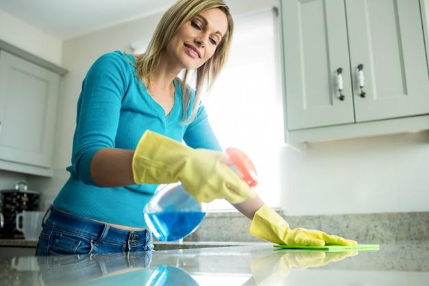 Linda mujer haciendo sus tareas domésticas