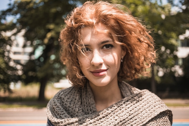 Linda mujer joven en el parque