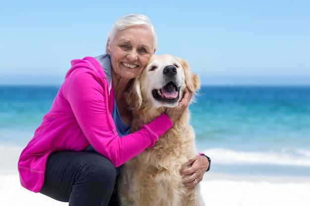 Linda mujer madura acariciando a su perro