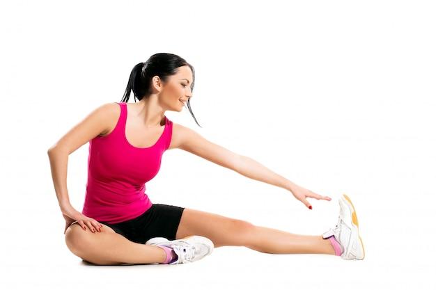 Linda mujer morena durante el ejercicio físico