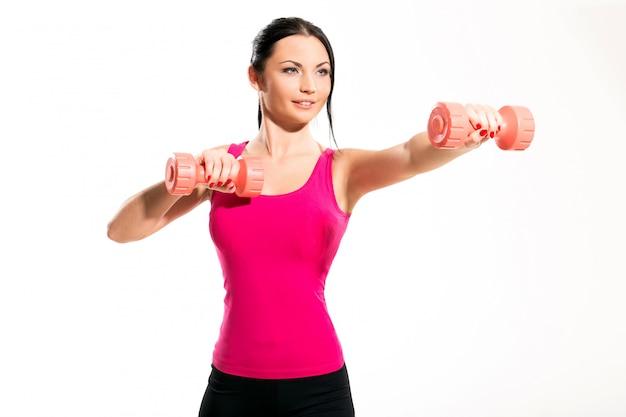 Linda mujer morena durante ejercicios de fitness