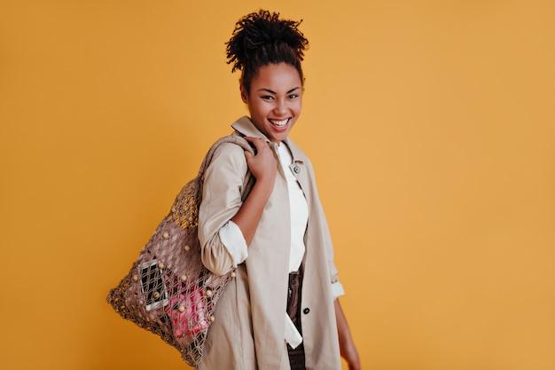 Linda mujer posando con bolsa de hilo