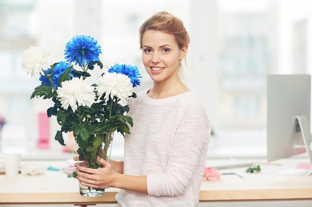 Linda mujer con ramo de flores