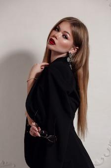 Linda mujer rubia en un hermoso vestido negro
