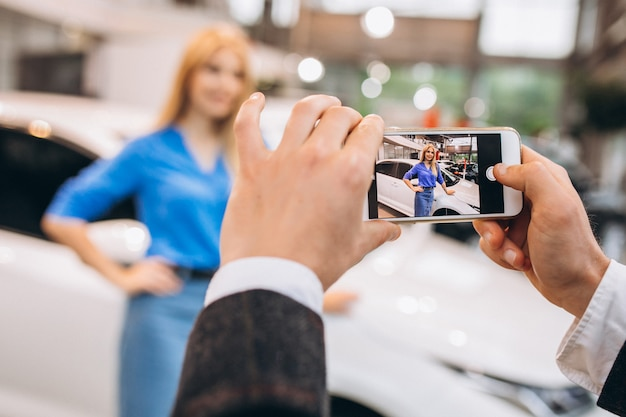 Linda mujer tomando foto en el auto