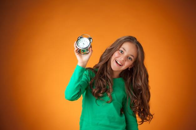 Linda niña alegre en naranja