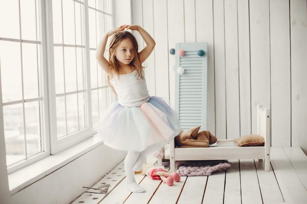 Linda niña bailando en casa