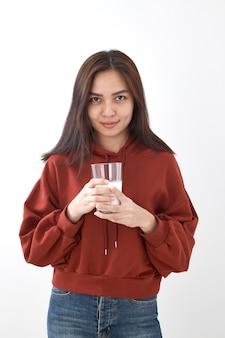 Linda niña bebe leche. retrato