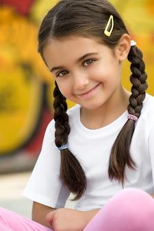Linda niña bonita sonriendo
