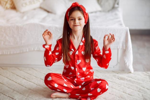 Linda niña en casa en pijama