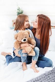 Linda niña disfrutando, jugando y creando con juguete con madre