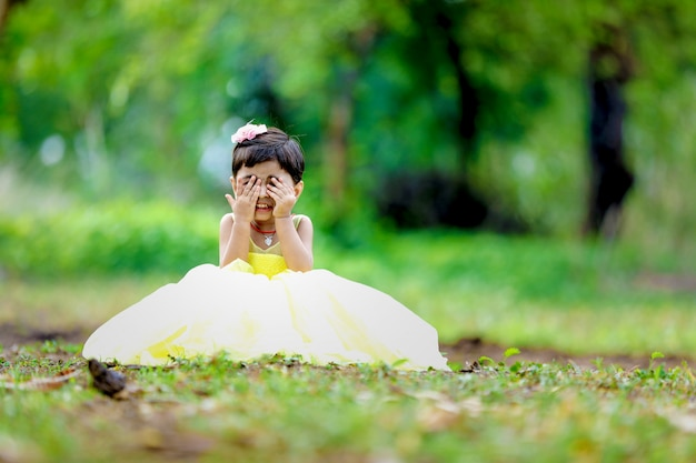 Linda niña india