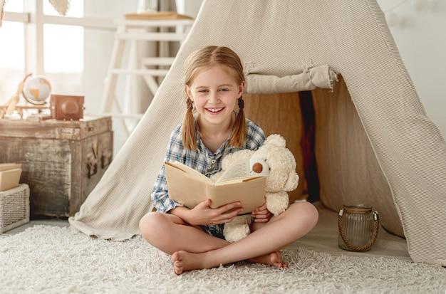 Linda niña con libro de papel