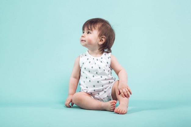 Linda niña pequeña gateando sentado