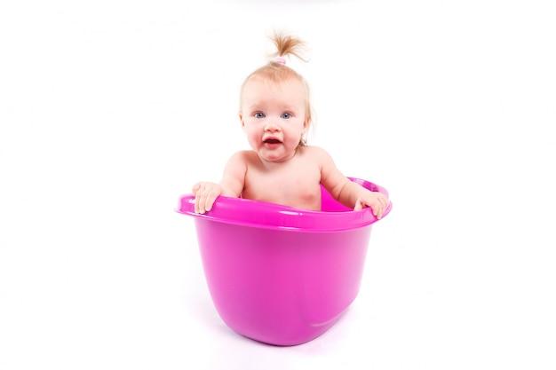 Linda niña tomar baño en la bañera