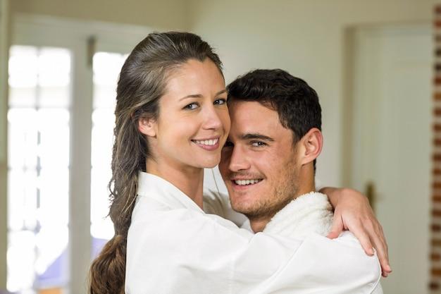 Linda pareja abrazando en casa