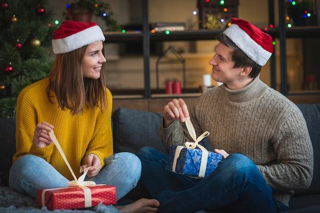 Linda pareja abriendo regalos