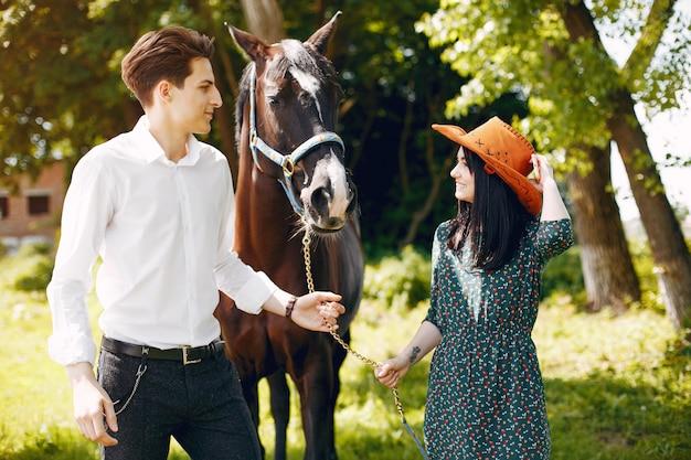 Linda pareja amorosa con caballo en el rancho