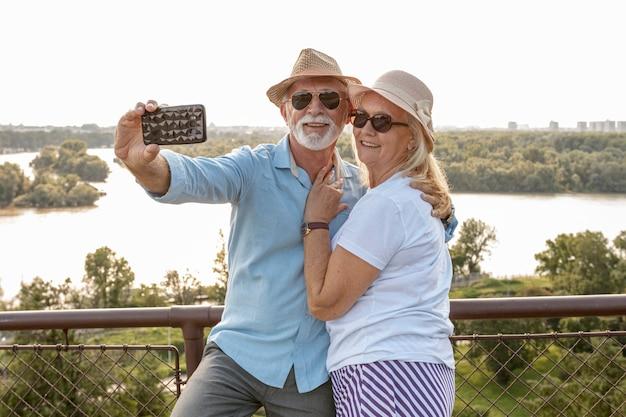 Linda pareja de ancianos tomando una selfie